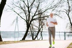 Üppiges Training des älteren Mannes im Park stockfotos