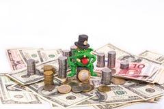 Żądny Leprechaun na stosie pieniądze obraz stock
