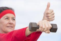 Ćwiczący dojrzałego kobieta kciuk up Obrazy Royalty Free