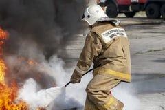 Ćwiczenia gasić ogienia z pożarniczym gasidłem obraz royalty free