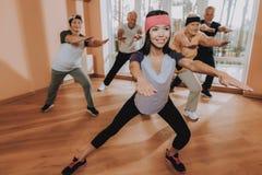 ćwiczenia Grupowe Starsze kobiety Aktywny emeryt zdjęcia royalty free