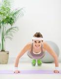 ćwiczenia sprawności fizycznej dziewczyny szczęśliwy robienie pcha szczęśliwy Zdjęcia Stock