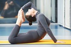ćwiczenia sprawności fizycznej gimnastyczna szczęśliwa uśmiechnięta kobieta zdjęcie royalty free