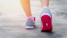 Ćwiczenie - działających butów kobieta zbliżenie, Żeński jogging Zdjęcie Stock