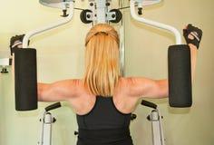 ćwiczenie kobieta maszynowa używać Zdjęcia Stock