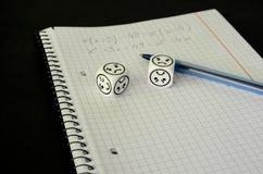 Ćwiczenie książka z matematycznie równaniem i dices z smutną twarzą Zdjęcia Royalty Free