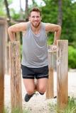 Ćwiczenie mężczyzna treningu out ręki na upadów barach Zdjęcia Royalty Free