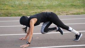 Ćwiczenie sprawności fizycznej kobiety stażowi abs siedzą up plenerowego Młoda dziewczyna robi treningowi trenować ciała sedna zbiory wideo