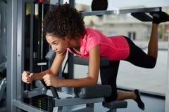 ćwiczyć na klatka piersiowa mięśnia maszynie przy gym Obraz Royalty Free