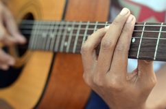 Ćwiczyć w bawić się basową gitarę Zakończenie up mężczyzna ręka bawić się basową gitarę Obrazy Royalty Free