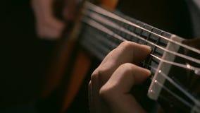 Ćwiczyć w bawić się gitarę Przystojni młodzi człowiecy bawić się gitarę Bawić się gitarę Ręki bawić się gitarę w przekątnie Zdjęcia Stock
