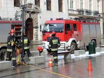 Ćwiczy jednostki straży pożarnej w starej części miasto w zimie Eliminacja ogień i katastrofy naturalne Reakcja w sytuacji awaryj fotografia royalty free
