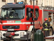 Ćwiczy jednostki straży pożarnej w starej części miasto w zimie Eliminacja ogień i katastrofy naturalne Reakcja w sytuacji awaryj zdjęcie stock