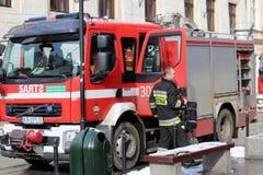 Ćwiczy jednostki straży pożarnej w starej części miasto w zimie Eliminacja ogień i katastrofy naturalne Reakcja w sytuacji awaryj obraz stock