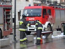 Ćwiczy jednostki straży pożarnej w starej części miasto w zimie Eliminacja ogień i katastrofy naturalne Reakcja w sytuacji awaryj zdjęcia stock