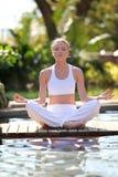 ćwiczy medytację Zdjęcia Royalty Free