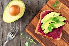 Ćwikłowa hummus i avocado grzanka nad scena na drewnie, Obrazy Royalty Free