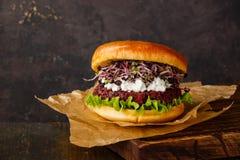 Ćwikłowy hamburger z miękkim serem i rzodkwią kiełkuje zdjęcie stock