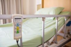 Łóżka szpitalnego pilot do tv obwieszenie na łóżkowym poręczu technologia medyczne i szpital usługa zdjęcie royalty free