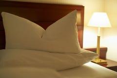 łóżko dekorujący hotel zdjęcia royalty free