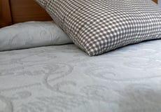 Łóżko głowa z w kratkę poduszką zdjęcie royalty free