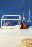 Łóżko i huśtawka w dzieciakach izbowych zdjęcia stock