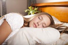 łóżko kwitnie dziewczyny dosypianie Obrazy Royalty Free
