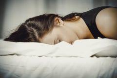 łóżko pijąca sypialna kobieta fotografia royalty free
