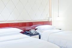 Łóżko w żywym pokoju Zdjęcia Royalty Free