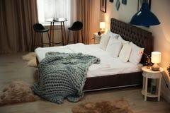 Łóżko w elegancja pokoju fotografia stock