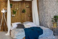 Łóżko w loft stylu Ściana drewniani poręcze Wnętrze w loft stylu obraz royalty free