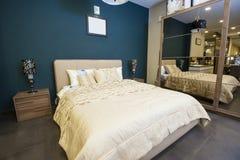 Łóżko w meblarskim przedstawienie pokoju fotografia stock