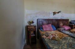 łóżko w zaniechanym pokoju fotografia stock