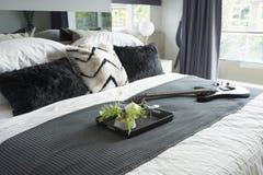 Łóżko z bielem, popielatymi pościele i mnóstwo poduszki fotografia royalty free