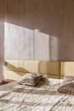 Łóżko z futerkową koc obraz royalty free