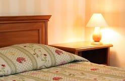 Łóżko z lampą Zdjęcia Stock
