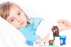 łóżkowa dziewczyny trochę matka blisko chorego siedzącego termometru Zdjęcie Stock