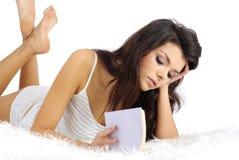 łóżkowa książkowa czytelnicza kobieta Zdjęcia Stock
