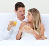 łóżkowa para pijący ich sok intymnej pomarańcze zdjęcie stock