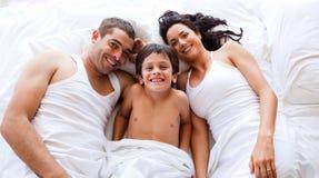 łóżkowa rodzina jego łgarski bawić się syn obrazy royalty free