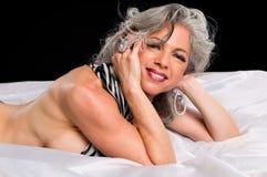 łóżkowa uśmiechnięta kobieta Zdjęcie Royalty Free