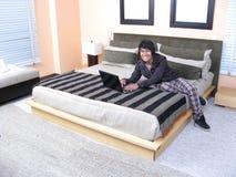 łóżkowego laptopu relaksujący potomstwa Obraz Stock