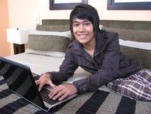 łóżkowego laptopu relaksujący potomstwa Obrazy Royalty Free
