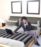 łóżkowego laptopu relaksujący potomstwa Fotografia Royalty Free