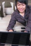łóżkowego laptopu relaksujący potomstwa Zdjęcie Stock