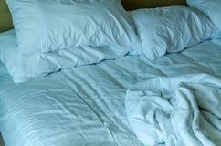 Łóżkowego prześcieradła koc i poduszki bałaganili up w ranku Obraz Stock