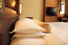 łóżkowego sypialnia czerepu nightstand poduszki ściany lampowy luksusowy biel Obrazy Stock