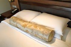 łóżkowego sypialnia czerepu nightstand poduszki ściany lampowy luksusowy biel Obrazy Royalty Free