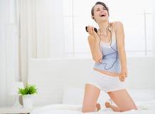 łóżkowej dancingowej dziewczyny słuchająca muzyka Zdjęcia Royalty Free
