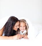 łóżkowej kamery córki macierzysty ja target598_0_ fotografia royalty free